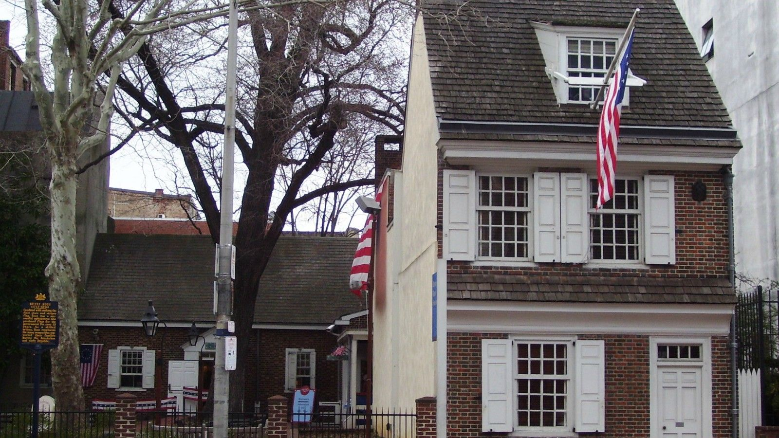 hotels near betsy ross house